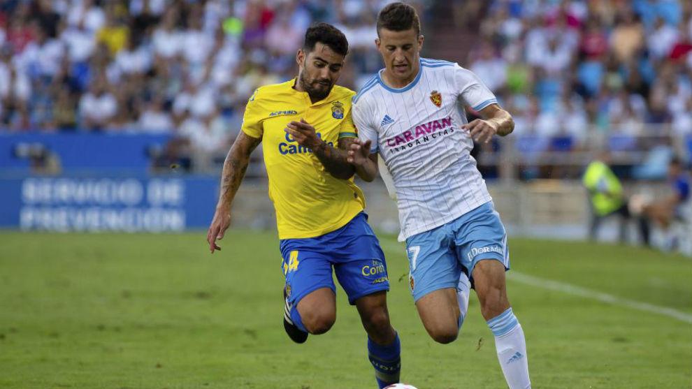Carlos Nieto pugna con un rival en el choque ante Las Palmas.