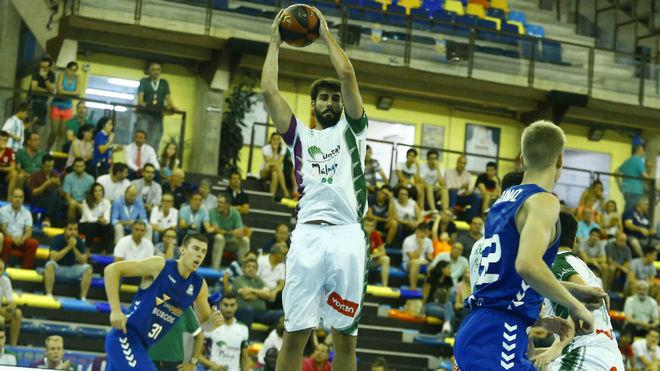 Dani Díez captura un rebote ante el San Pablo Burgos