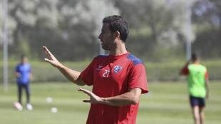 Íñigo López, durante un entrenamiento en su etapa en el Huesca