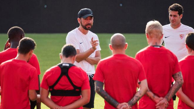 Pablo Machín conversa con sus jugadores.