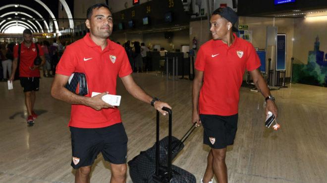 Gabriel Mercado, en el aeropuerto con Luis Muriel.