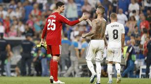 Ramos felicita a Courtois tras el partido ante el Leganés
