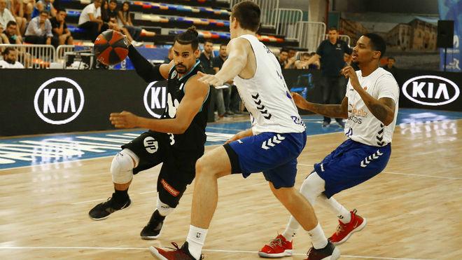 Gian Clavell intenta superar a la defensa del San Pablo Burgos