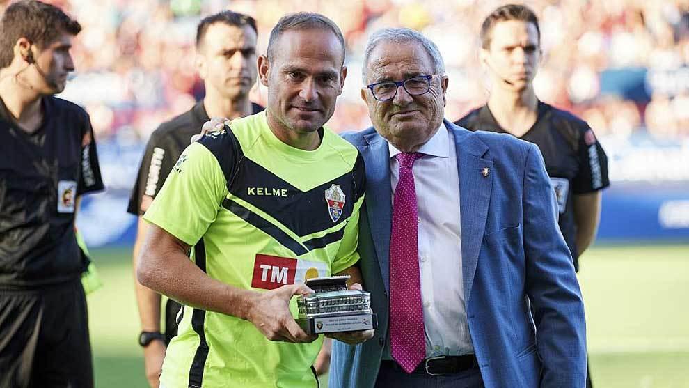 Nino recibe un homenaje a manos de Luis Sabalza, presidente de Osasuna
