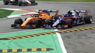 Momento del duelo Alonso-Gasly en Monza.