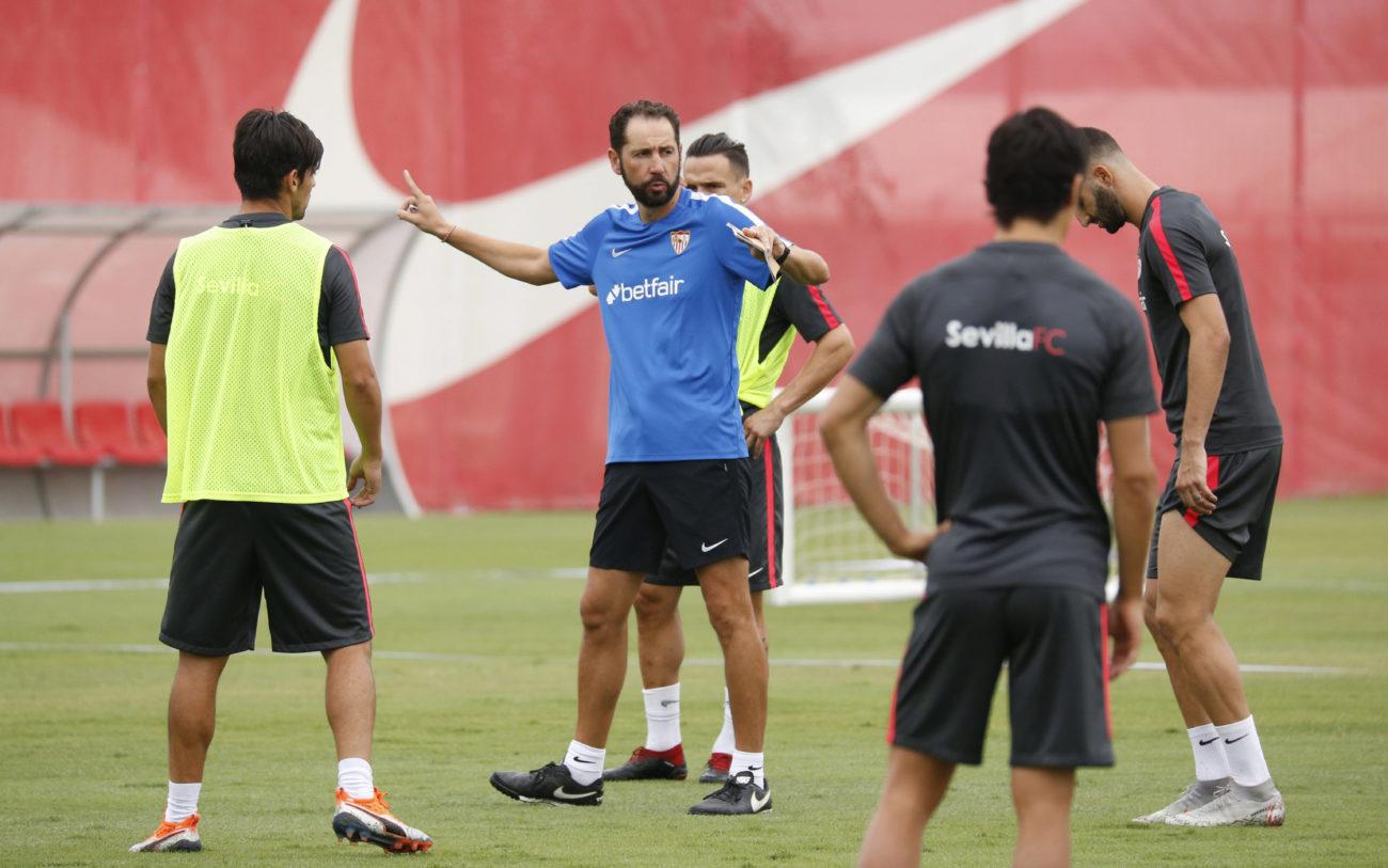 Pablo Machín da instrucciones a sus jugadores.