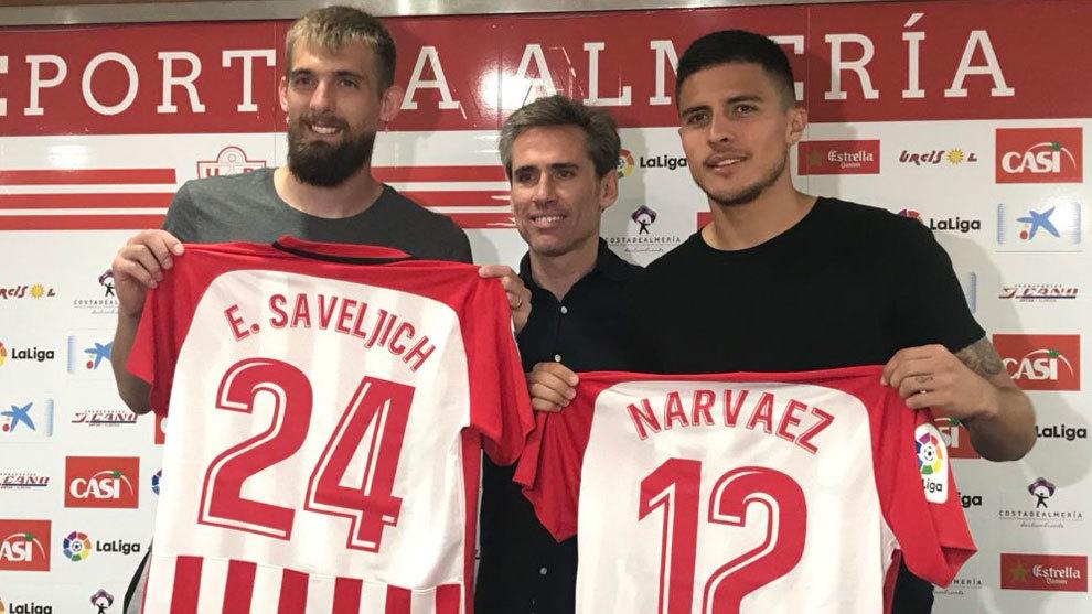 Saveljich y Narváez posan con la camiseta del Almería.