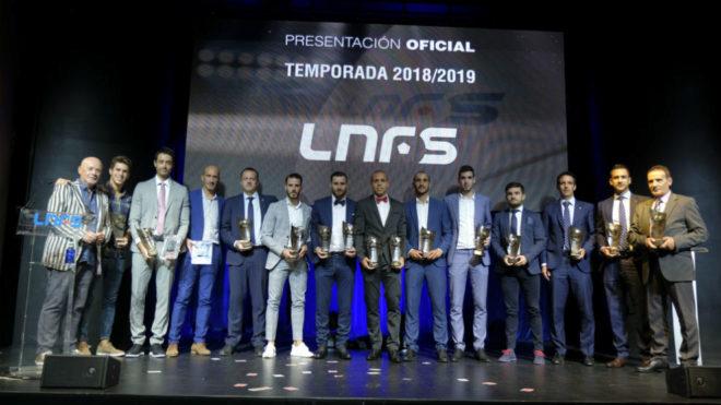 Los premiados en la gala de la LNFS posan con sus trofeos.