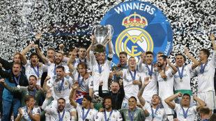 Los jugadores del Real Madrid levantan la tercera Champions...