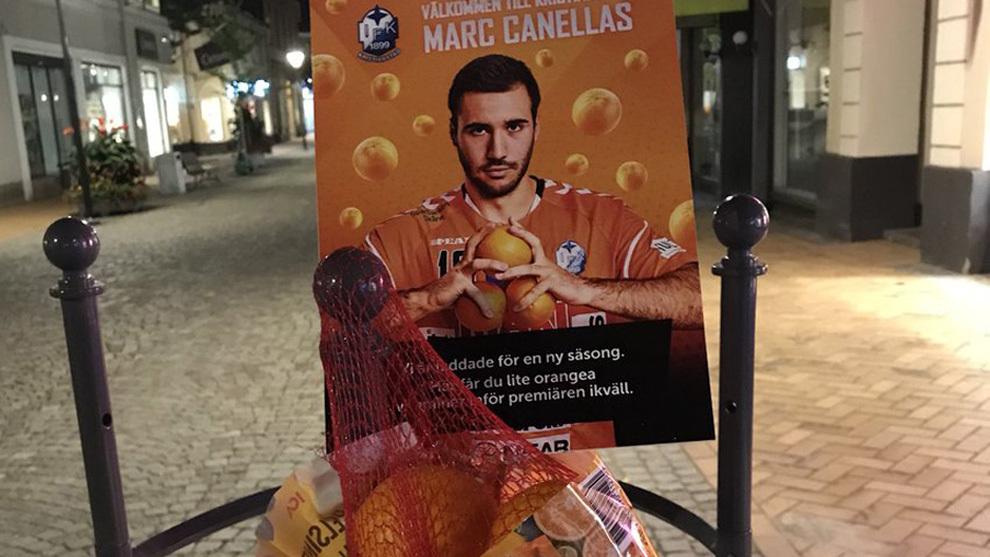 Cartel con el jugador Marc Cañellas y una bolsa de naranjas...