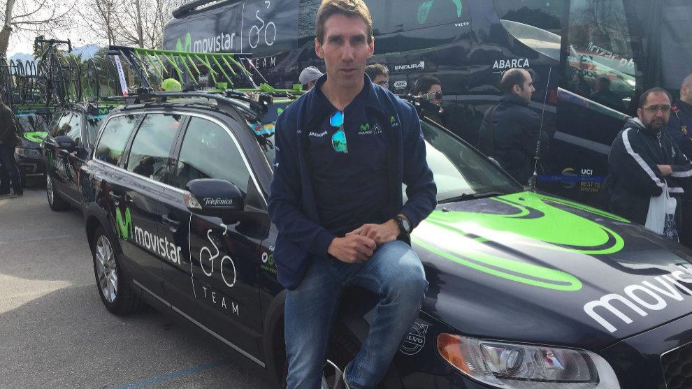 Pablo Lastras apoyado en uno de los coches del Movistar Team.