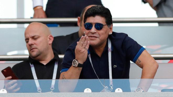 Maradona durante el partido entre Francia y Argentina en Rusia 2018.