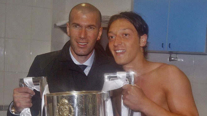Zidane and Ozil posing with the trophy of Copa del Rey ni 2011