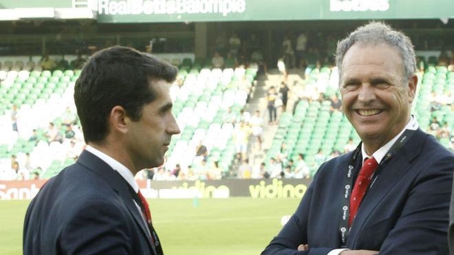 Joaquín Caparrós, junto a Paco Gallardo, en el Villamarín.
