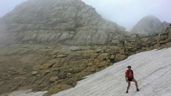 Un corredor al paso por el Pico Aspe.