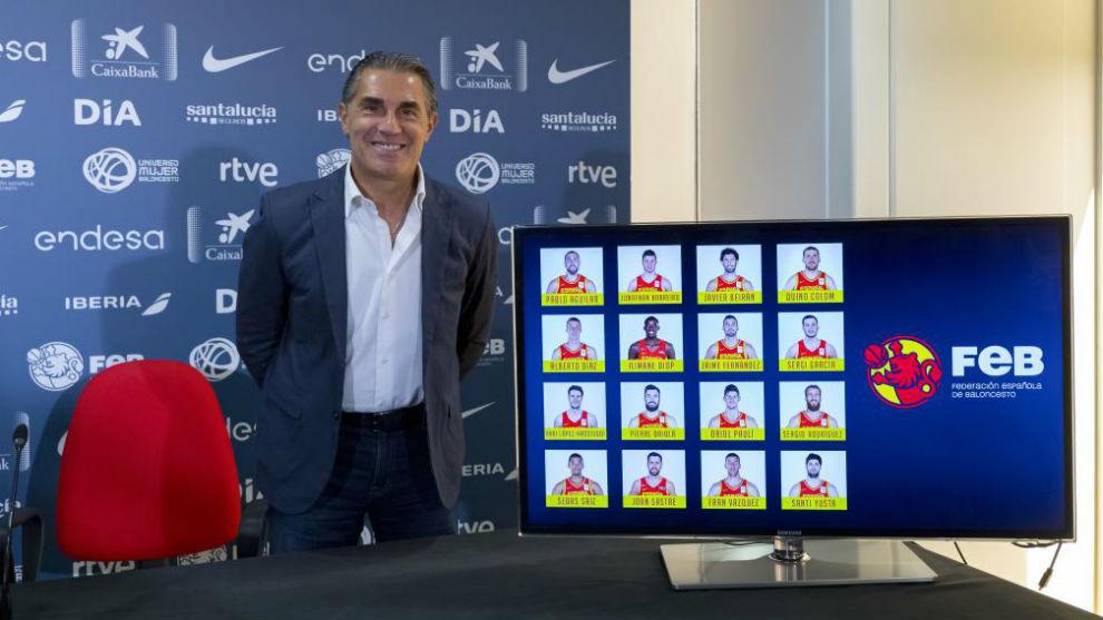 Sergio Scariolo, junto a una imagen con los nombres de los convocados...