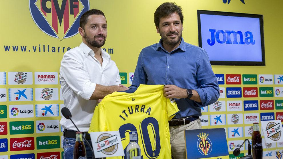 El chileno Iturra con la camiseta de su nuevo club, el Villarreal.