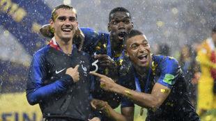 Griezmann, Pogba y Mbappé celebran el Mundial ganado por Francia.
