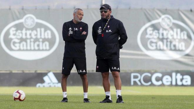 Mohamed, junto a su ayudante, pendiente de un entrenamiento.
