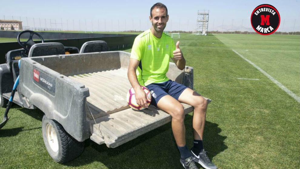 Víctor Díaz posa para MARCA en la Ciudad Deportiva del Granada