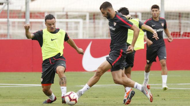 Gonalons pugna por un balón con Roque Mesa en un entrenamiento.