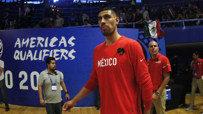 Gustavo Ayón camina en la duela del Olímpico Juan de la Barrera