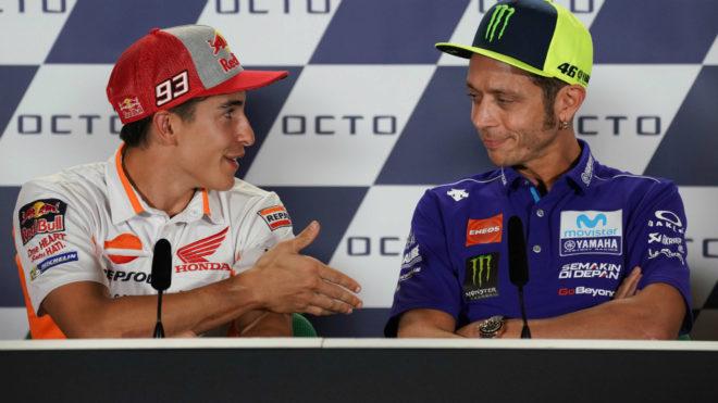 Instante en el que Márquez tienda su mano y Rossi se niega a...