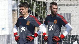 Kepa y De Gea, en el entrenamiento de la selección en la Ciudad del...