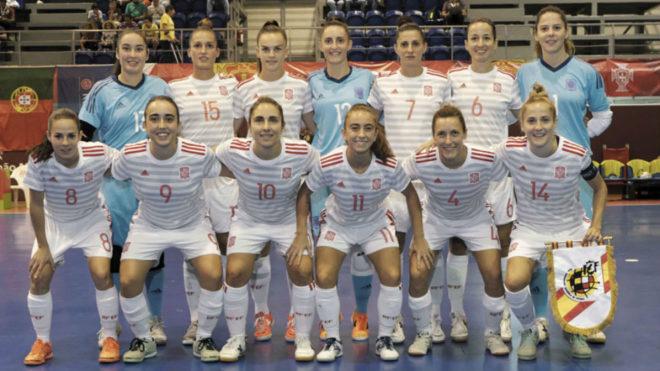 La selección femenina forma antes del duelo ante Portugal.