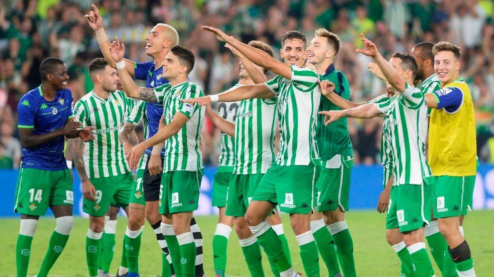 Jugadores celebrando la victoria en el derbi