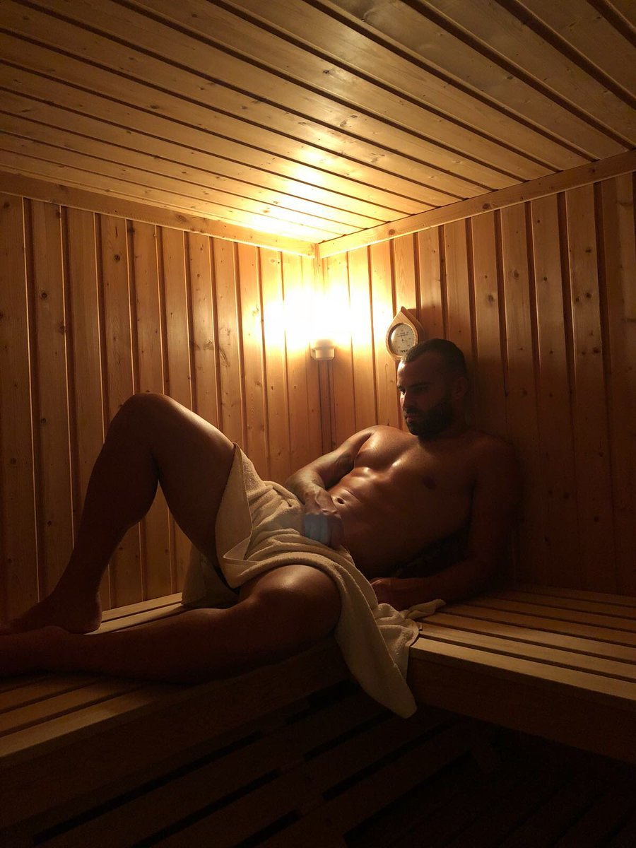 Jesé posa en la sauna con una toalla