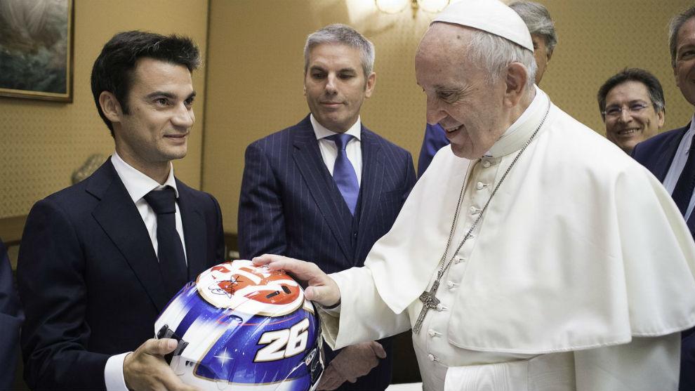 El Papa Francisco bendice el casco de Dani Pedrosa en la visita de los...
