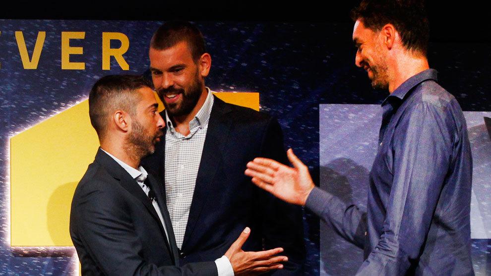Pau y Marc Gasol saludan a Navarro
