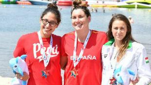 Paula Ruiz en el podio junto a la peruana María Bramont-Arias y la...