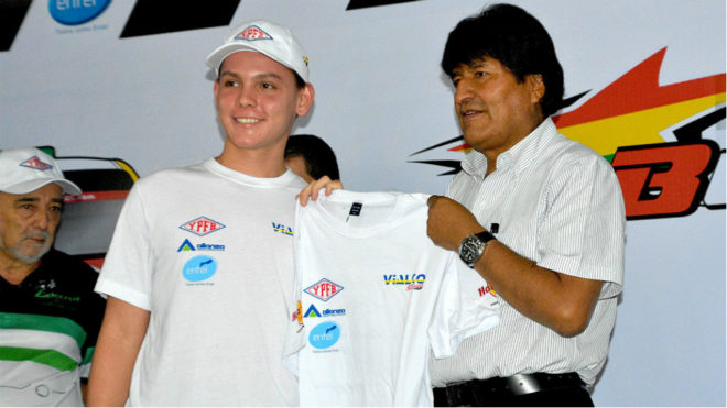 El presidente de Bolivia acompañando al chico antes de su primer...