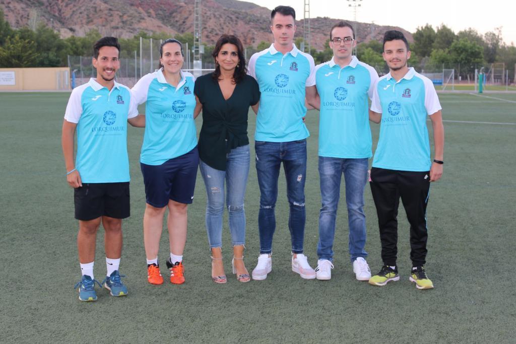Carlos López junto a la presidenta y resto de staff del Lorca...