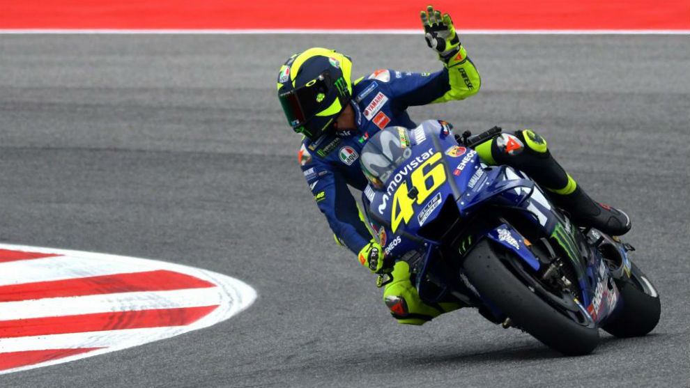 Rossi saluda aclamado por su público en Misano.