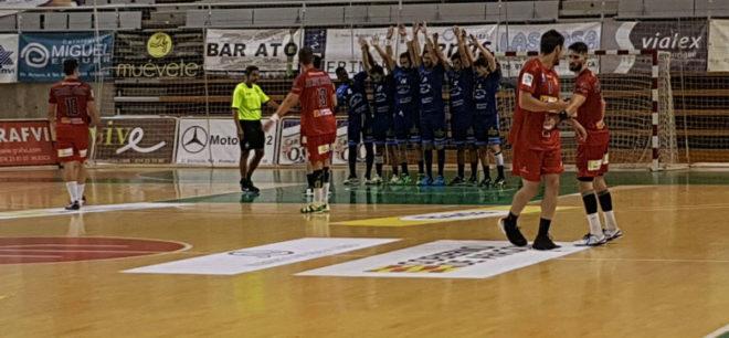 El Huesca se dispone a lanzar un golpe franco ante la barrera del...