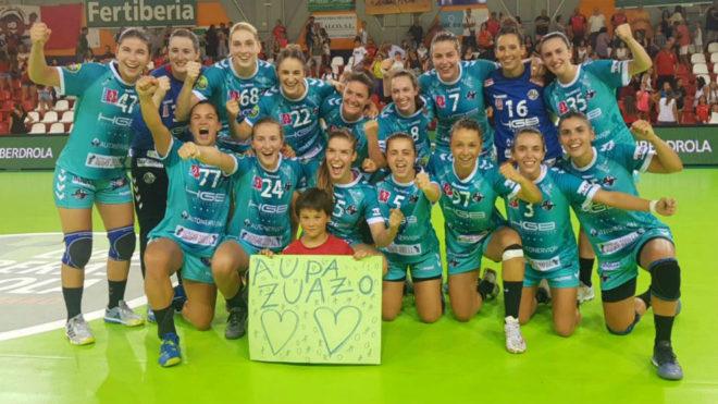 Las jugadoras del Zuazo celebran su primera victoria liguera