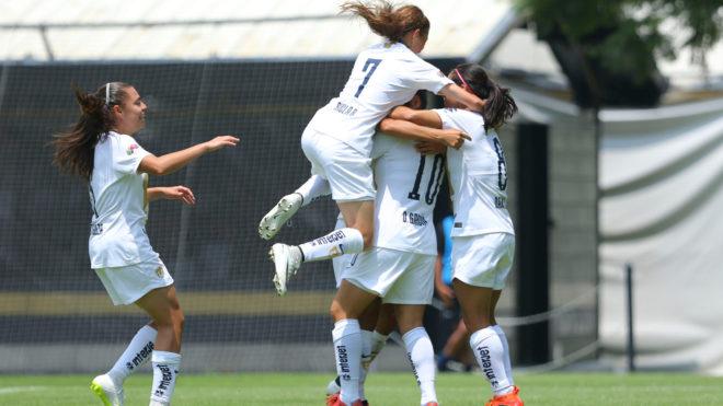Pumas Femenil celebra un gol
