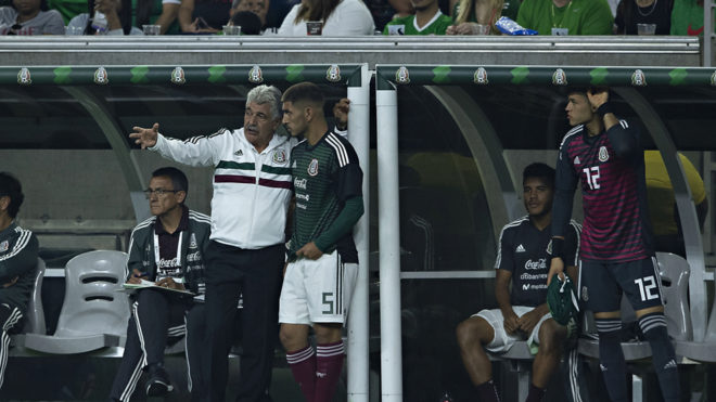 Ferretti da indicaciones a Víctor Guzmán