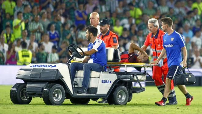 Gaby Mercado se marcha lesionado en el pasado derbi.