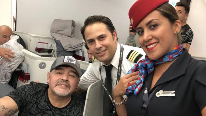 Maradona con empleados del aeropuerto