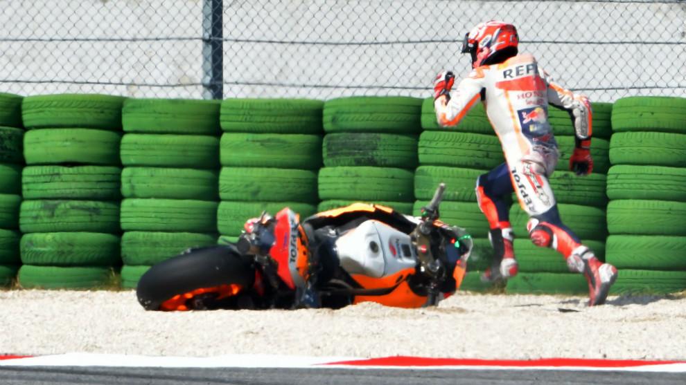Márquez, corriendo hacia el box tras su caída