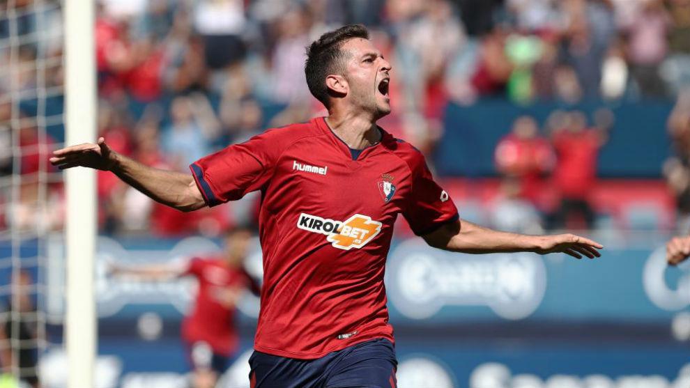 Juan Villa celebra su gol ante el Almería en El Sadar