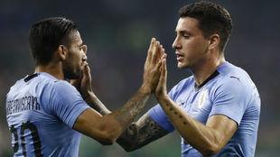 Giménez recibe la felicitación tras marcar el gol.