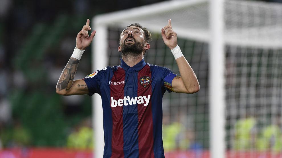 Morales celebrando un gol al Betis en la primera jornada.