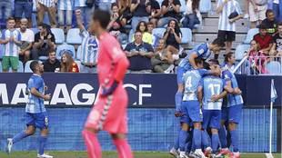 Blanco Leschuk celebra con sus compañeros el gol ante un abatido Dani...