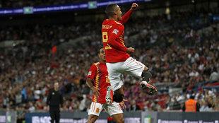 Rodrigo celebra su gol a Inglaterra mientras Thiago espera para...