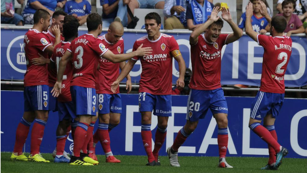 Los jugadores del Real Zaragoza celebran el primer gol del partido.